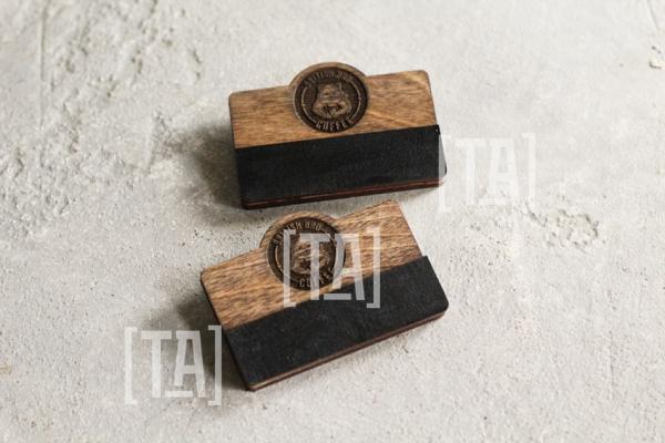 Деревянный бейдж с мелованной табличкой